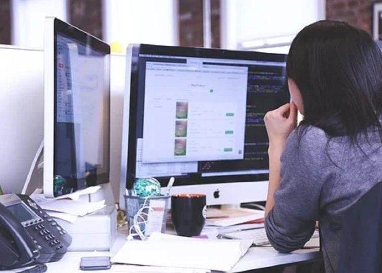 travail sur ordinateur de bureau